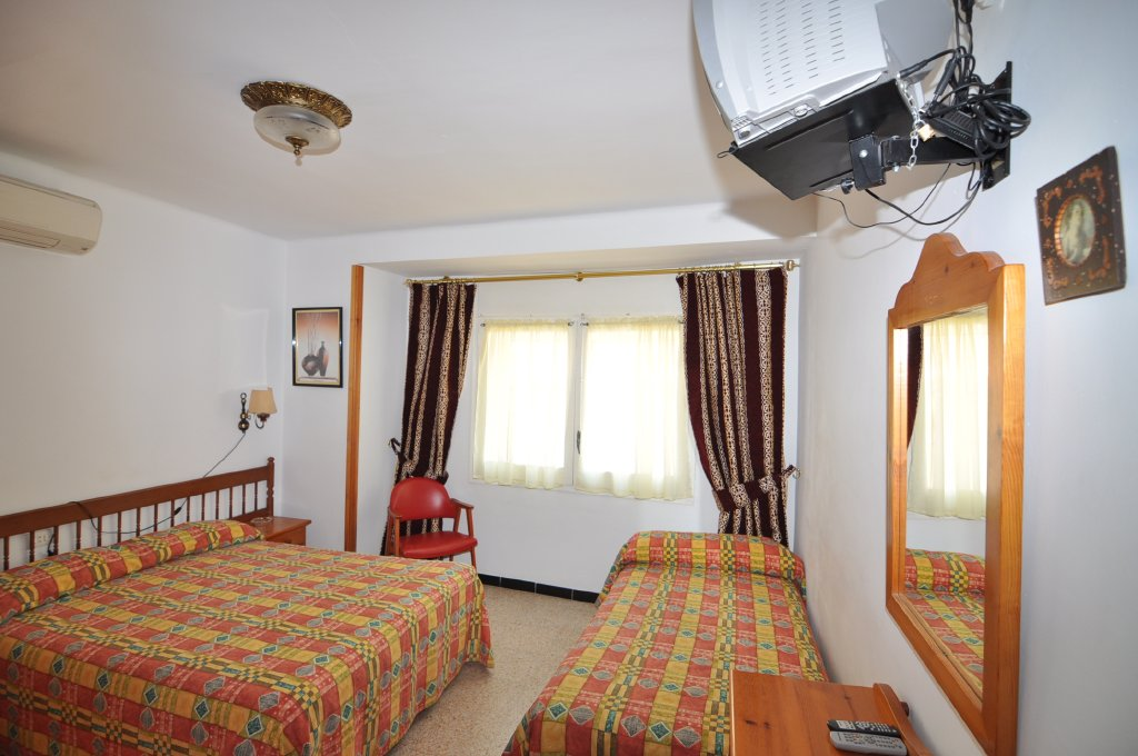 Chambres pension can salvador roses costa brava vacances for Chambre 3 personnes